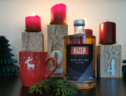 KIZER Alter Williams in weihnachtlicher Dekoration